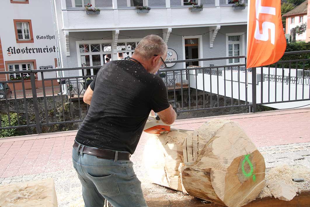 Arbeit an Skulptur aus Holz